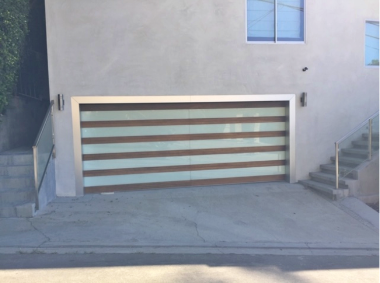 https://www.custombuilderspro.com/wp-content/uploads/2019/11/Garage-Door-Installation-Los-Angeles_4-750x560.png